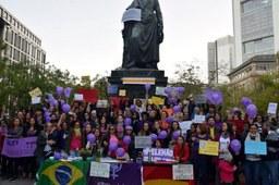 Brasilianische Frauen in Europa demonstrieren gegen Rechtsradikalismus und Frauenfeindlichkeit