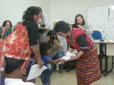 Nach erneuten Morddrohungen von Goldgräbern: Flucht von zwei Munduruku-Frauen
